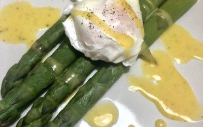 Szparagi z sosem holenderskim i jajkiem w koszulce